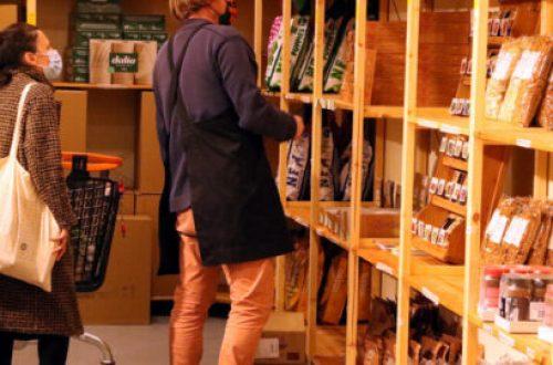 Pla general del supermercat, durant una jornada dels socis. Al fons, el Mercat Puigmercadal de Manresa. Imatge del 17 de març del 2020. (Horitzontal)